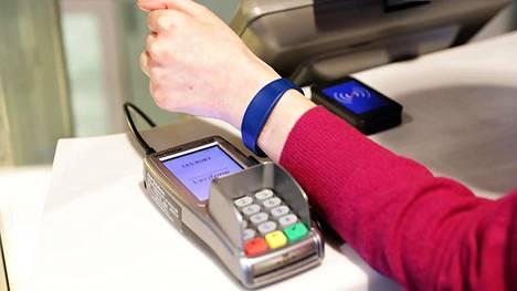 Minikortti laitetaan silikonirannekkeeseen, jonka jatkuva pitäminen ranteessa saattaa vaatia totuttelua.