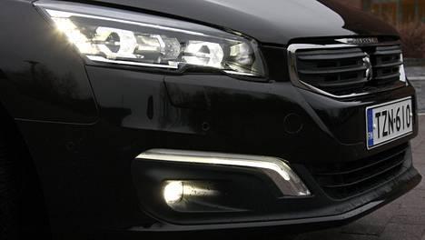 Kuvassa Peugeot 508, jossa päiväajovaloina alla olevat led-valot ja ajovaloina myös ledit.