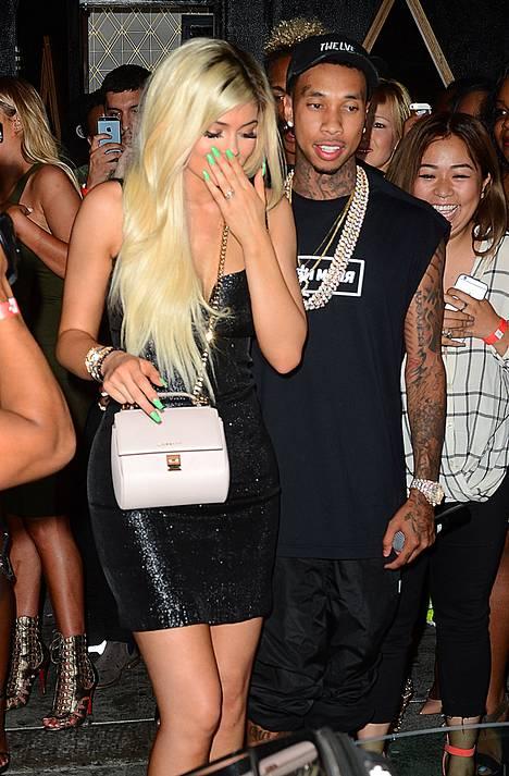 Kylie häkeltyi nähdessään valkoisen rusetilla koristelun Ferrarin kaartavan juhlapaikan pihaan.