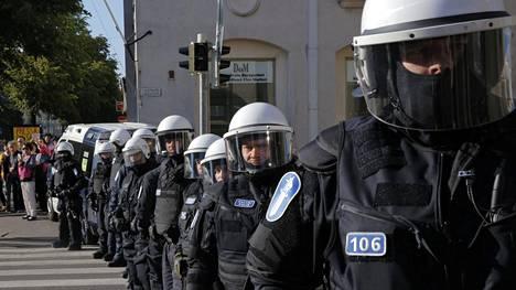 Poliisi odotti HIFK:n fanikulkuetta näin varustautuneena viime elokuussa.