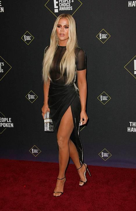 Khloé Kardashian poseerasi punaisella matolla marraskuussa Santa Monicassa.