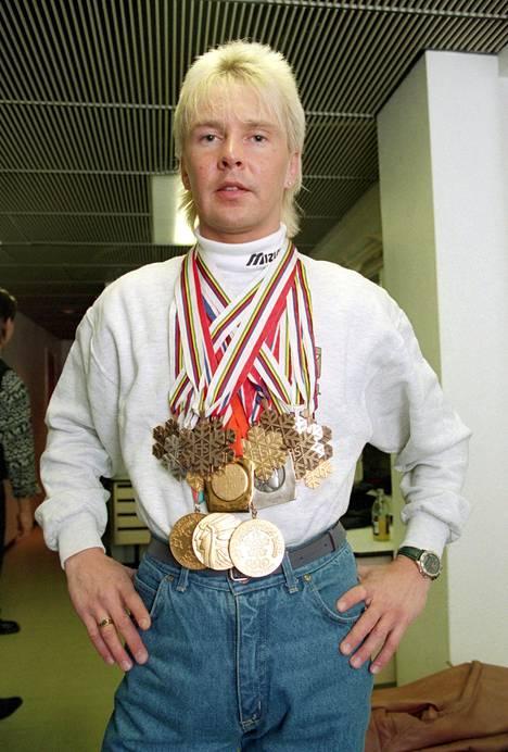 Matti Nykänen poseerasi ylpeänä voittamiensa mitalien kanssa vuonna 1994.