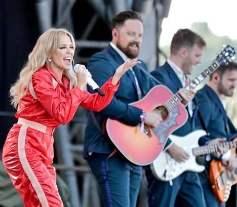 Kylie esiintyi Glastonburyn musiikkifestivaaleilla viime kesänä. Hänen oli tarkoitus esiintyä Glastonburyn päälavalla jo vuonna 2005, mutta syöpä keskeytti kiertueen.