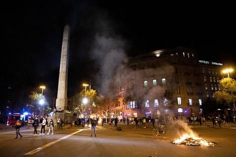 Mielenosoittajia Barcelonassa.