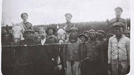 Kiinalaisia siirtotyöläisiä venäläisten vartijoiden kanssa Luukissa.