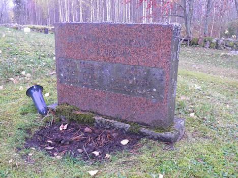 Teloitettujen nuorukaisten hautakivi sijaitsee Suomenniemen hautausmaalla.