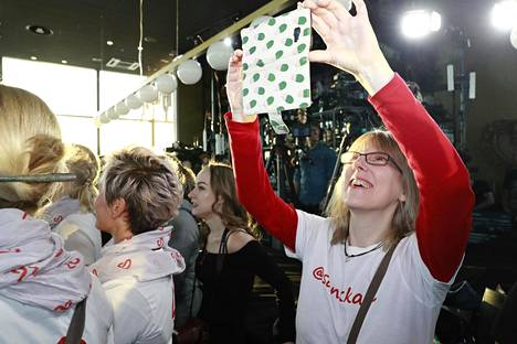 Frankfurtista asti pressitilaisuuteen saapunut Katja Haselhorst kuvaa lavaa iloisena vielä ennen lopettamispäätöksen julkistusta.