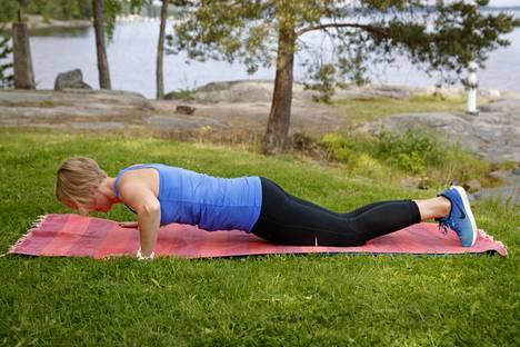 Ojenna kyynärnivelet ja työnnä vartalo takaisin alkuasentoon. Astetta vaativamman punnerruksen voi tehdä myös nostamalla polvet irti maasta ja punnertaa jalan päkiöiden tai kengänkärjen varassa.