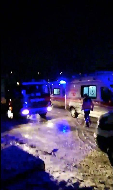 Ambulansseja saapui runsaasti onnettomuuspaikalle.