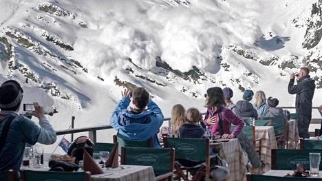 Lumivyöry Alpeilla saa aikaan parisuhdekriisin: olisiko perheenisän pitänyt käyttäytyä sankarimaisesti?