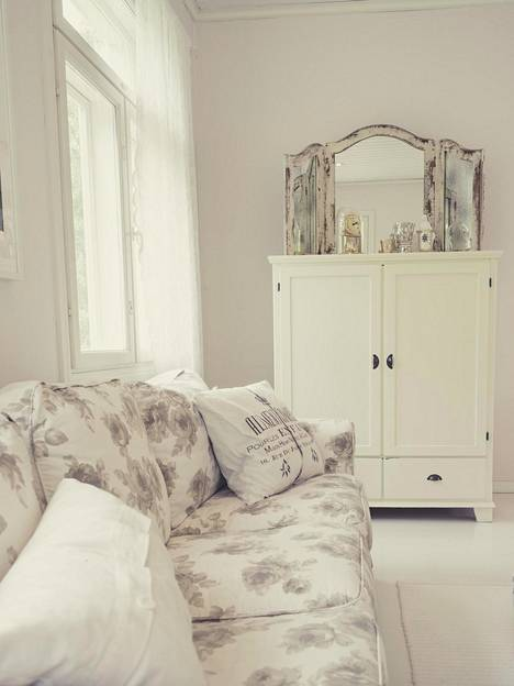 Koko koti on sisustettu valkoisella.