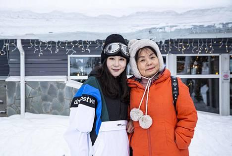 Kiinan Chongqingistä kotoisin olevat Yulian Ius ja hänen äitinsä Yang Quing Tan näkivät massiiviset revontulet Rovaniemellä.