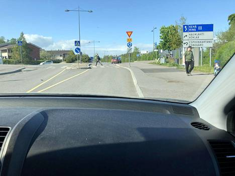 Micra-kaaharin on huhuttu ajaneen liikenneympyrässä väärään suuntaan.