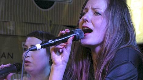Mariska ja Lauluyhtye Viisi Painobaarissa torstaina.
