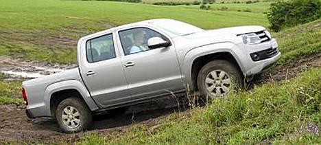 VW Amarok on hyvä työkalu maastossa etenemiseen. Mallista riippuen Amarokin saa joko jatkuvalla tai kytkettävällä nelivedolla.