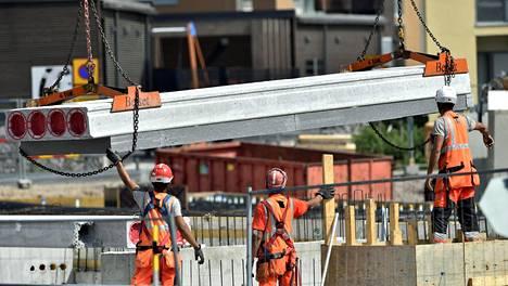 Työ- ja elinkeinoministeriön mukaan Suomeen syntyi aiempaa enemmän uusia työpaikkoja. Lisäksi työntekijöitä haettiin enemmän kuin edellisvuosina. Asuinalueen rakennustyömaa Helsingissä.