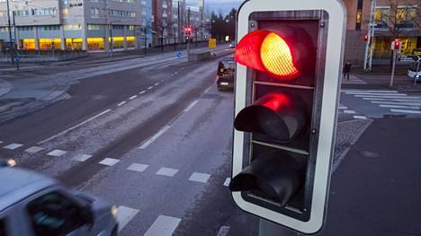 Autoilijoiden epäiltiin vähät välittäneen punaisesta liikennevalosta. Kuvituskuva.