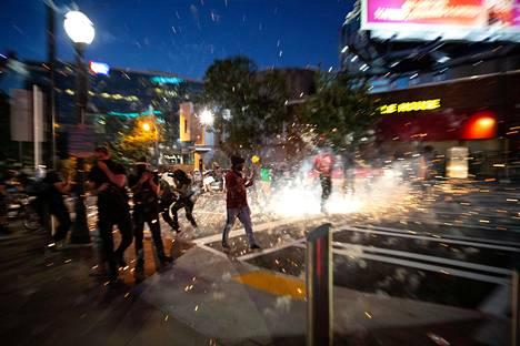 Mielenosoittajat heittelivät ilotulitteita Atlantassa lauantaina.