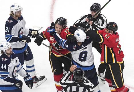 Calgaryn Matthew Tkachuk oli jälleen hammassuojineen tapahtumien keskipisteessä.