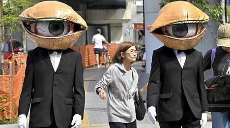 """Japanilaisen performanssiryhmän esitti näytelmäänsä """"Medaman-Medaman"""" Tokiossa. Esitys oli osa vuosittaista kevätfestivaalia."""