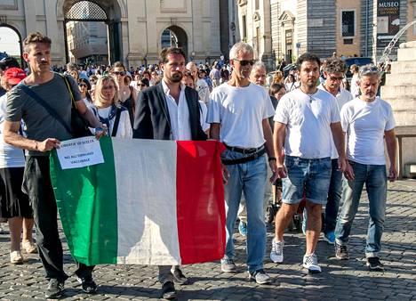 Edellisen hallituksen rokotepakkoa koskevaa päätöstä vastaan protestoitiin Rooman kaduilla viime kesäkuussa.