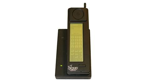 IBM Simon lataustelakassaan. 21 vuotta täyttänyt puhelin oli aikanaan ensimmäinen älykännykkä. Tuote floppasi, mutta sen seuraajat muodostavat katkeamattoman ketjun nykyisiin kädenjatkeisiin.
