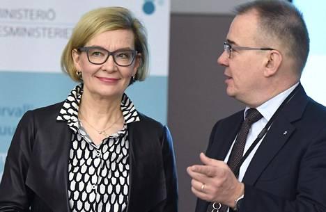 Sisäministeri Paula Risikko ja Supon päällikkö Antti Pelttari.