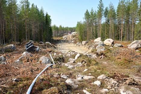 Alueella on aloitettu palokäytävien tekeminen kaivinkoneilla, mikä helpottaa rajoituslinjan pitämistä.