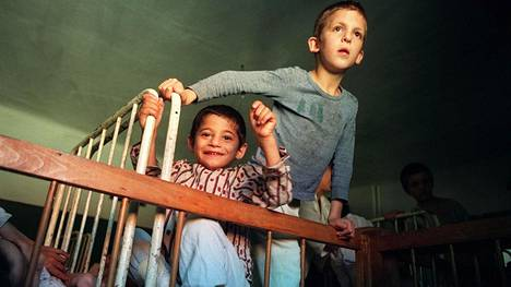 Nämä lapset asuivat lokakuussa 1990 Buchean orpokodissa, noin 150 kilometrin päässä Bukarestista. Laitoshoidossa varhaislapsuudessa olleet romanialaislapset kärsivät yhä muun muassa oppimisvaikeuksista, jotka johtuvat muutoksista aivoissa.