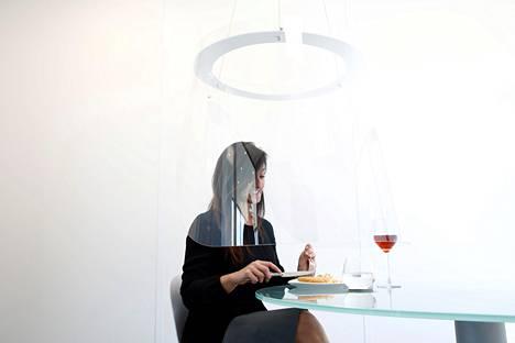 """Pariisissa on testattu suunnittelija Christophe Gernigonin kehittämää pleksivisiiriä, jonka sisällä ravintola-asiakas voi nauttia tarjoiluista omassa """"kuplassaan""""."""