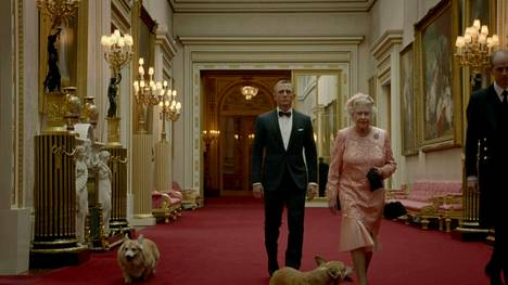 Kuningatar Elisabet esiintyi Daniel Craigin esittämän James Bondin rinnalla Lontoon olympialaisten avajaisissa esitetyllä videolla.