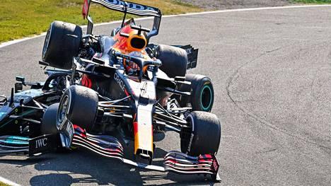 F1:n mestaruustaistelussa Max Verstappen on toistaiseksi ollut niskan päällä.