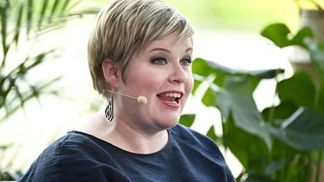 Valtiovarainministeri Annika Saarikko on huolissaan kotitalouksien liiallisesta velkaantumisesta.