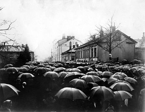 Kansa saapui katsomaan Aurora Karamzinin hautajaissaattoa vuonna 1902.