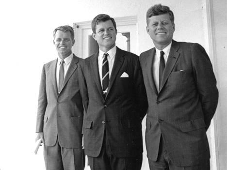 Nappien määrä ja paikka oli tärkeää Kennedyn veljeskaartille. Kuvassa Robert, Edward ja John.