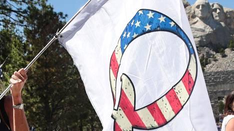 Nainen kantoi QAnon-lippua vieraillessaan Mount Rushmorella 1. heinäkuuta 2020.