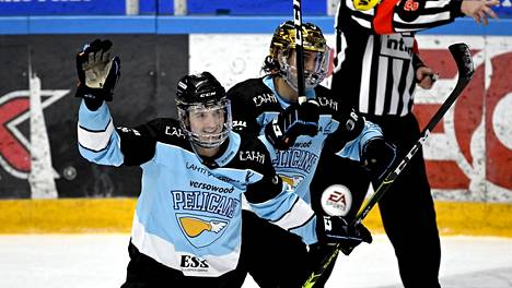 Hannes Björninen (kuvassa Rudolf Cervenyn takana) teki kaksi maalia ja vei Pelicansin johtoon 2. erässä. Kuva otettu aiemmin tällä kaudella.