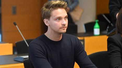 Roope Salminen tuomittiin pakottamisesta seksuaaliseen tekoon. Helsingin käräjäoikeus tuomitsi perjantaina antamassaan tuomiossa Salmisen 70 päiväsakkoon.