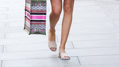 Vaaleat kengät ovat kesäinen ja klassinen valinta. Ne sopivat myös elokuuhun!