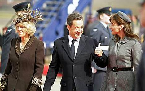Camilla, Nicolas Sarkozy ja Carla Bruni-Sarkozy tapasivat Lontoossa Heathrown lentokentällä. Camillan hattu ei saanut kiitosta.