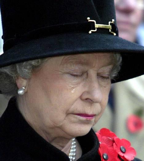Kuningatar Elisabet liikuttui kyyneliin myös marraskuussa 2002 ensimmäisen maailmansodan veteraanien muistotilaisuudessa.