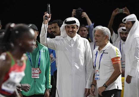 Kuumuus ei haitannut maratonkisan käynnistänyttä Qatarin emiiriä sheikki Tamim bin Hamad Al Thania.