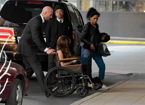 Pyörätuolissa istuva Lady Gaga tarvitsee apukäsiä.