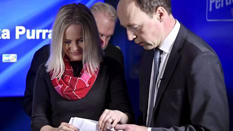 """Jussi Halla-ahon mukaan kokoomus, keskusta ja Sdp ovat alkaneet esittää toimenpiteitä """"paniikissa"""" vaalien alla. Halla-aho väitti, että mitään konkreettista nämä puolueet eivät aio tehdä, koska suomalaisten turvallisuus ei niitä kiinnosta."""