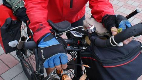 Mökkimatkalla ja mökillä tarvittavat tavarat on syytä lastata huolellisesti. Ennen lähtöä on myös hyvä kokeilla miltä tuntuu ajaa, kun kaikki tarvittavat tavarat ovat kiinni pyörässä ja mahdollinen reppukin mökkitarvikkeineen on selässä.
