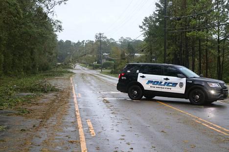 Monet tiet olivat vielä lauantaina kaatuneiden puiden tukkimia.