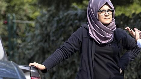 Hatice Cengiz kuvattiin Saudi-Arabian Istanbulin-konsulaatin edustalla 3. lokakuuta, jolloin Jamal Khashoggin katoamisesta oli kulunut vuorokausi.