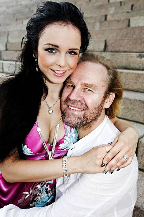 Saana Uimonen kihlautui Jussi Parviaisen kanssa ollessaan vasta 19-vuotias. Parviainen oli tuolloin 55-vuotias.
