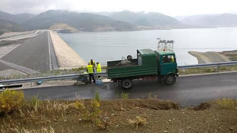 Albanialainen voimalaitospato saa iisalmelaiset anturit. Pienen tehtaan koko väki oli asennustöissä Albaniassa koko viime viikon.