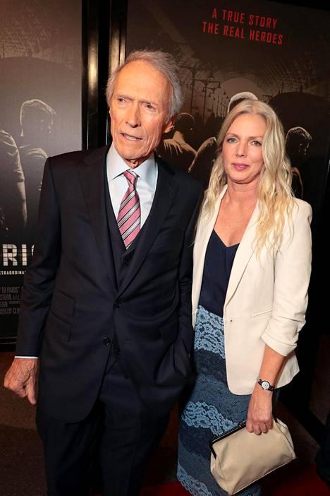 Clint Eastwood yhdessä uuden naisystävänsä Christina Sanderan kanssa punaisella matolla.
